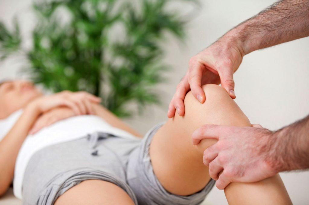 Суставные проявления характеризуются моно- или олигоартритом: опуханием суставов, болями, усиливающимися при движении