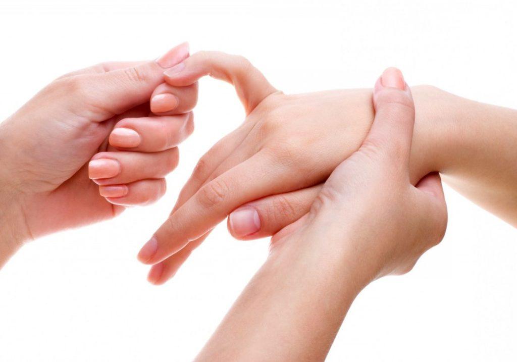 Местные изменения включают увеличение пораженного сустава в объеме, гиперемию кожи и локальное повышение температуры