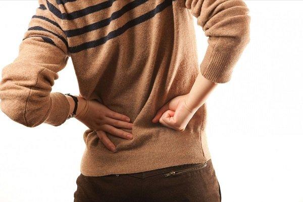 Первая стадия – начальная; боль появляется после физической нагрузки на тазобедренный сустав, не выходит за его пределы, иногда может иррадировать в колено
