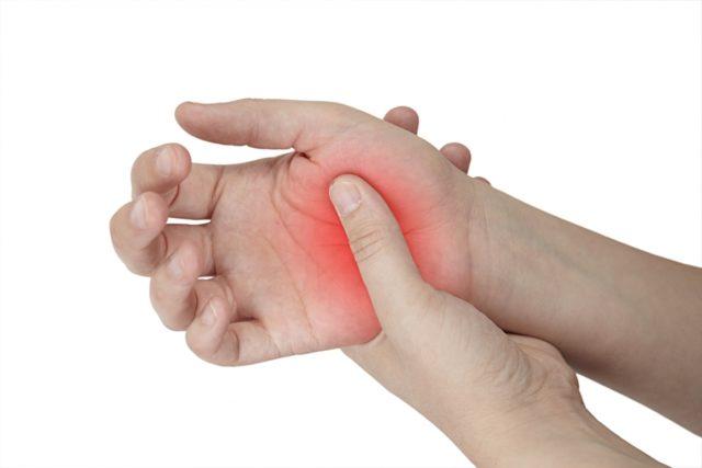 Артроз 1 степени кистей рук может проявляться также болевым синдромом, который наибольшую интенсивность в вечерние часы и по утрам