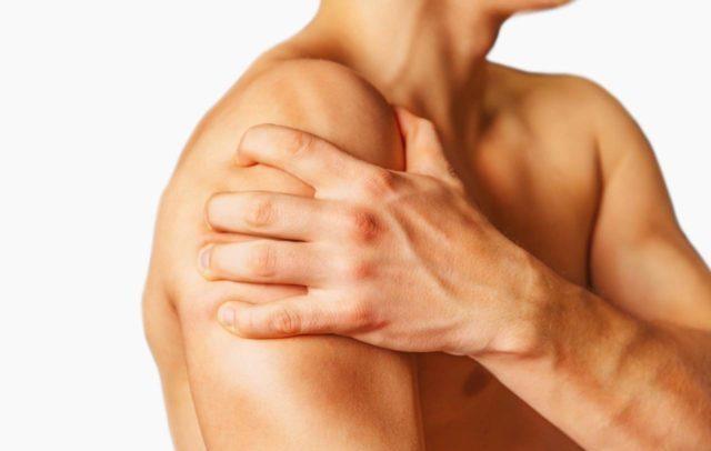 Объем движений не ограничен, но их максимальная амплитуда, особенно отведение руки назад, вызывает боль