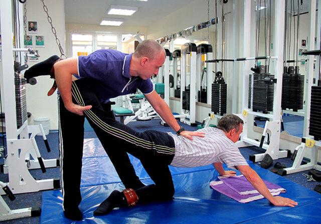 Благодаря таким статическим упражнениям мышцы получают необходимую для их укрепления нагрузку, а сами больные суставы не изнашиваются