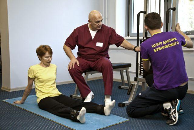 При артрозе коленных суставов категорически запрещено стоять и передвигаться на коленях