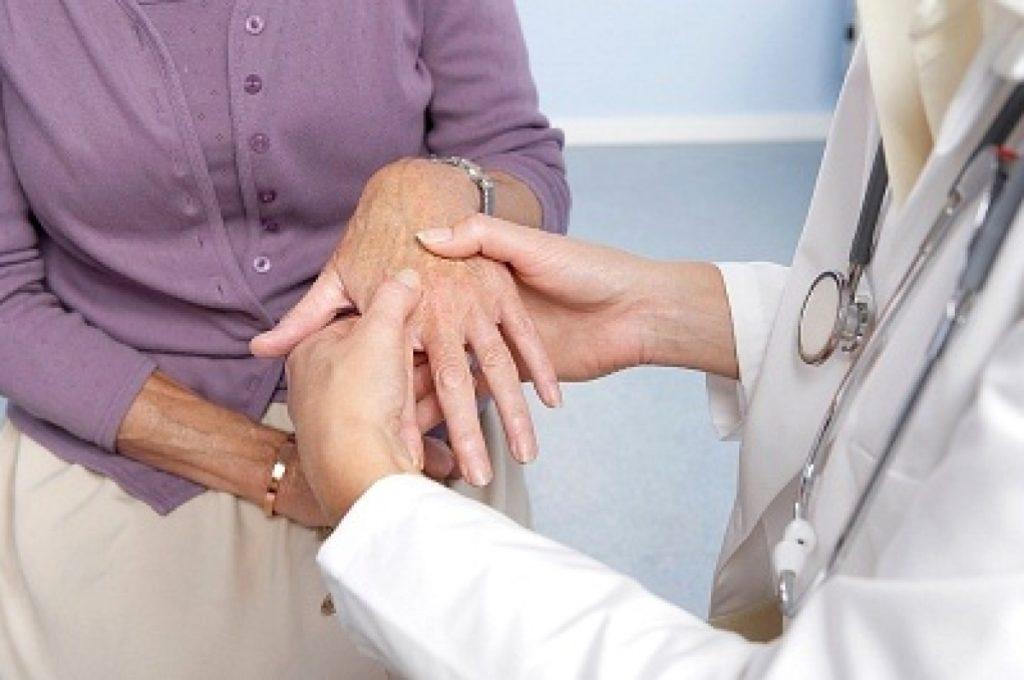 Ревматолог и артролог, кроме общих анализов, назначит исследование суставной жидкости, рентгенографию, УЗИ
