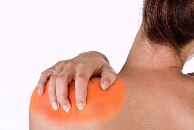 При плечевом артрозе болевые проявления могут затрагивать не только плечевой сустав пораженной руки, но и другую конечность