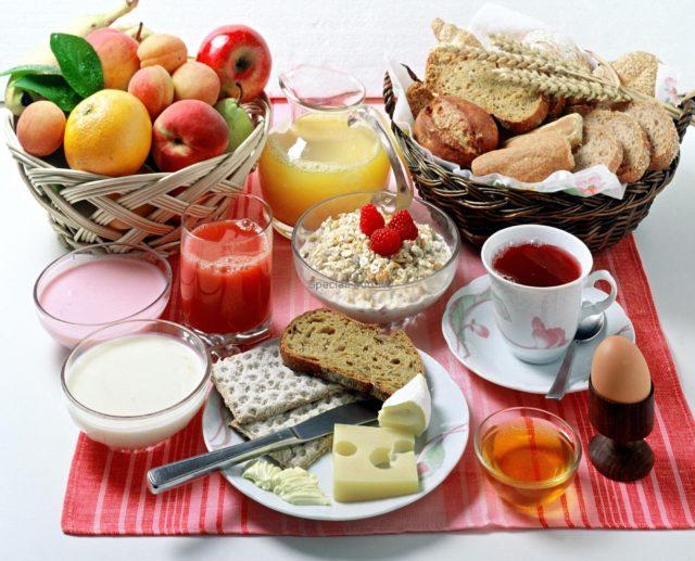 Включите в меню варёные и приготовленные на пару блюда, овощные супы, молочные продукты, нежирный сыр и творог, каши, макароны