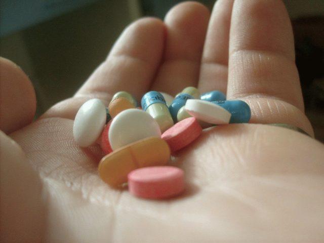 Болевой синдром устраняется с помощью обезболивающих препаратов