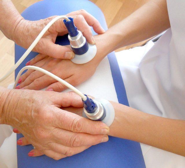 Лечение артрита кистей проводится с помощью физиотерапевтических процедур, массажа