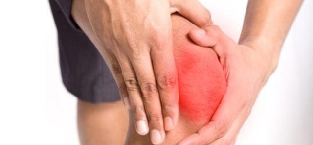 Стойкое припухание мелких суставов кистей и стоп не менее 6 недель, с постепенным развитием воспалительного процесса в других суставах