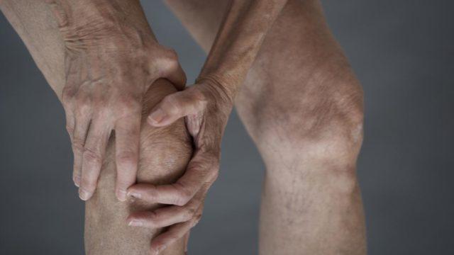 При серонегативном артрите реже отмечается такой характерный симптом, как утренняя скованность