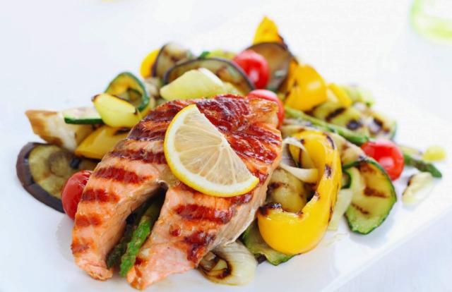 Ограничьте продукты, обладающие раздражающим действием (острые, соленые, копченые)