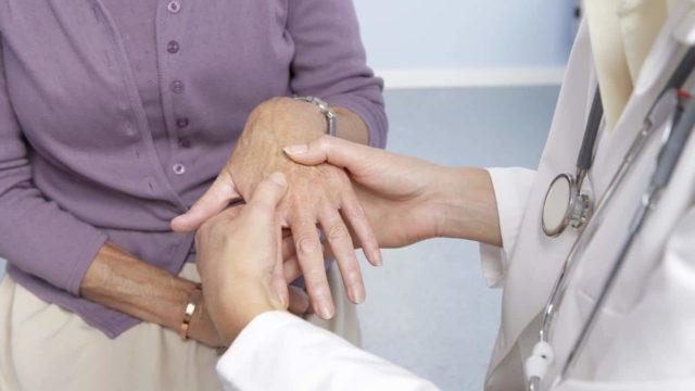 При наличии РФ обычно течение заболевания более активное с выраженным разрушением суставов