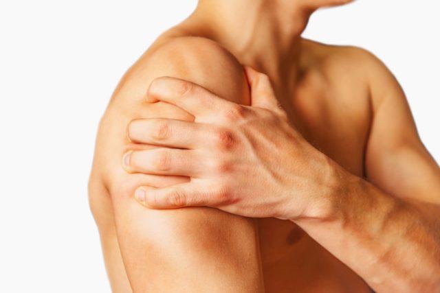 Постепенно боль нарастает, препятствует движению руки