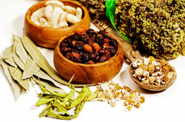Неплохой эффект имеет травяной чай из смеси березы, фиалки и крапивы