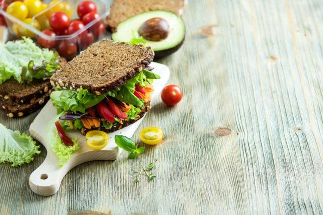 Строгая диета при подагрическом артрите не означает строгого голодания ни во время приступа заболевания, ни в межприступный период