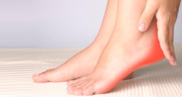 Болевые ощущения при артритах стопы усиливаются при ходьбе, а после отдыха немного стихают