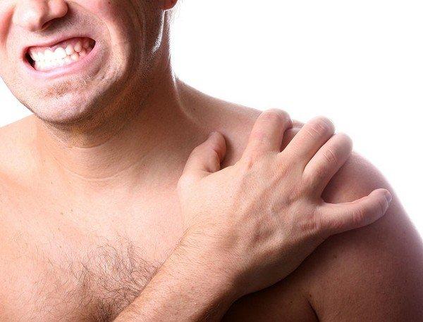 Признаком ключичного акромиального артроза являются боли в плечевом суставе, что обуславливает трудности выполнения привычных бытовых работ