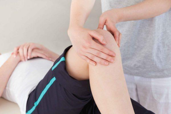 Прощупывание сопровождается болями, при сдвиге коленной чашечки прослушивается хруст