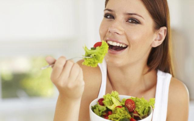 Для укрепления костей предпочтение стоит отдавать продуктам, богатым кальцием: кисломолочным продуктам, сыру и творогу
