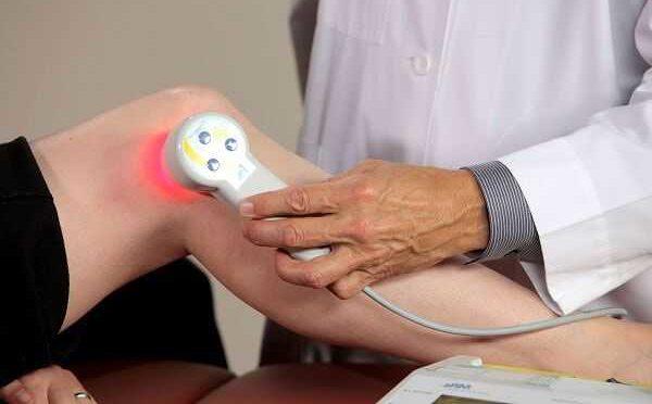 Лечение плечевого сустава или иных сегментов на ранней стадии развития недуга осуществляется при помощи: лазерной терапии