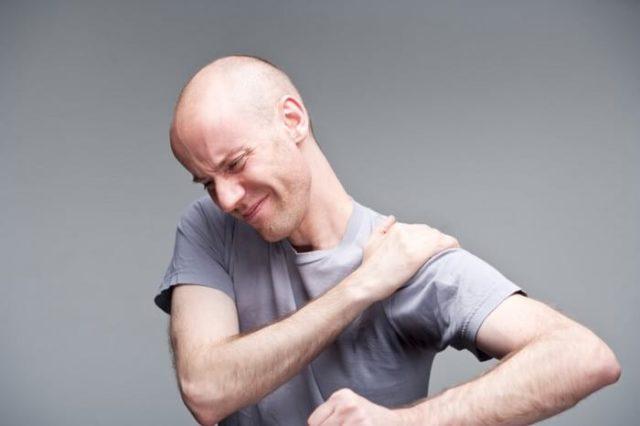 В процессе прогрессирования заболевания участвуют многочисленные факторы, поэтому существует несколько гипотез, объясняющих возникновение недуга