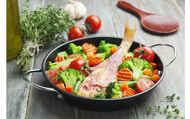 Питание при ревматоидном артрите предполагает добавление в диету продуктов с кальцием, так как препараты, принимаемые при лечении, например, глюкокортикостероиды, способствуют вымыванию этого элемента из костной ткани
