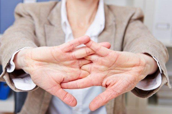 Выполнять упражнения следует не до болевых ощущений, но по возможности максимально растягивая пальцы ежедневно по несколько раз каждой рукой