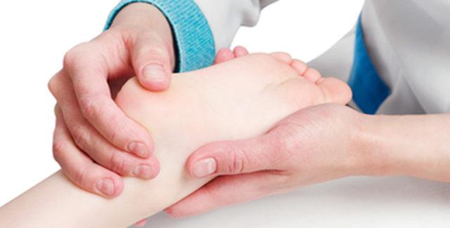Назначенное лечение зависит от того, на какой стадии развития находится артроз ног