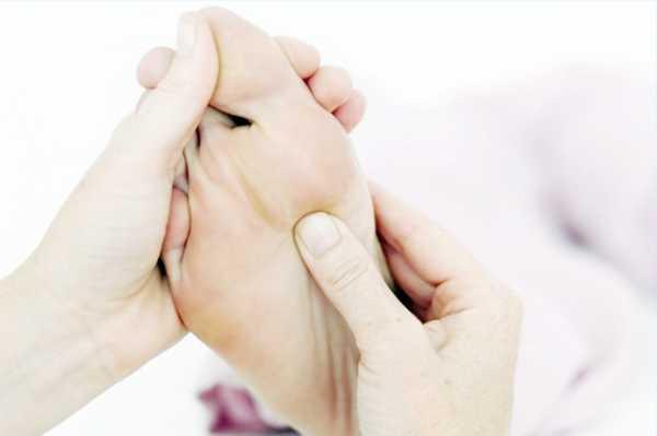 Для лучшего эффекта рекомендуется совместить процедуру с массажем голеностопа и закончить массажем ступни растирающими движениями