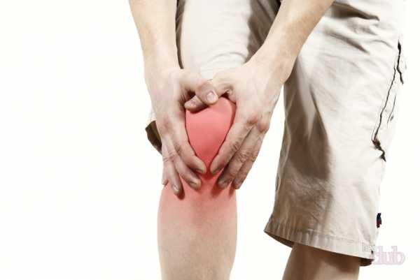 Заболевание сопровождается болевыми ощущениями и ограничением подвижности суставов