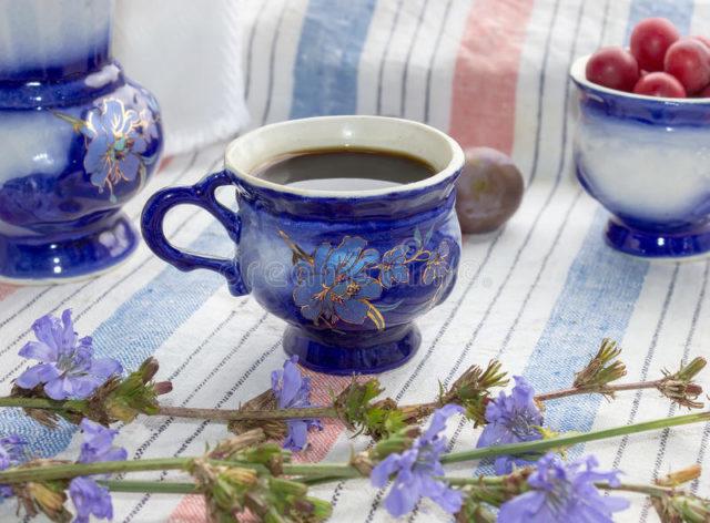 Чтобы сделать вкусный полезный напиток, следует всыпать 1 ст. л. молотого корня в стакан кипятка, дать настояться, процедить и наслаждаться небольшими порциями
