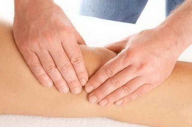 Проводить массаж можно самостоятельно дома, однако лучше, чтобы данную процедуру выполнял специалист, который знает все приемы разминания, растирания и поглаживания больных тканей