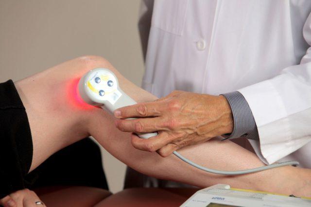 Высокочастотный инфракрасный лазер устраняет боль и снижает чувствительность, поскольку влияет на нервные окончания
