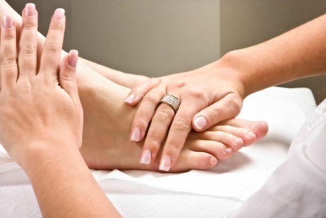 Устраняет напряжение в области стопы и другой части ног, улучшая в целом их состояние