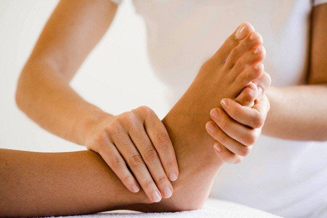 Врачи рекомендуют проводить массажные процедуры в промежутках между приступами