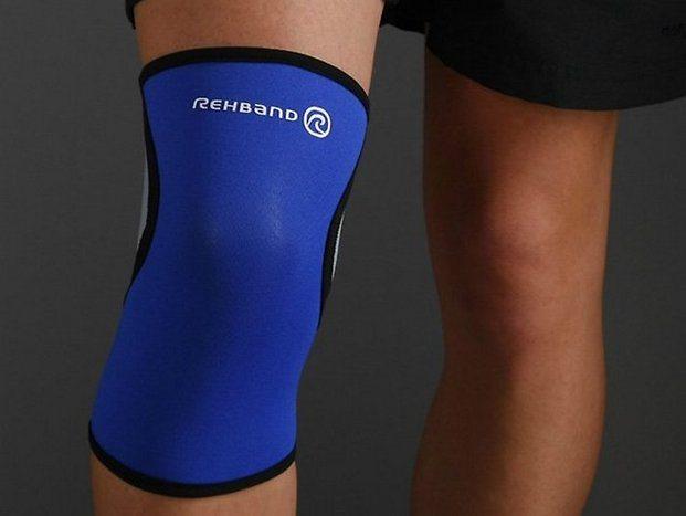Устройство плотно охватывает коленный сустав, предотвращая его чрезмерные смещения в стороны