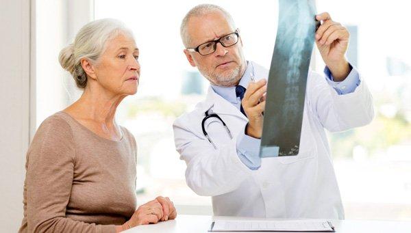 На рентгеновских снимках, которые должны быть сделаны в 2 проекциях, можно обнаружить характерные для этого заболевания суставные изменения